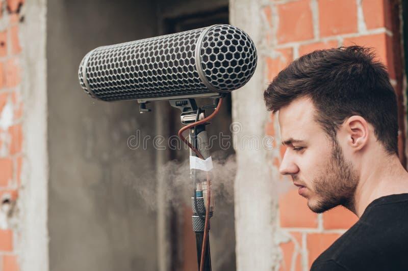 za sceną Rozsądny huku operatora chwyta mikrofonu fisher out zdjęcie royalty free