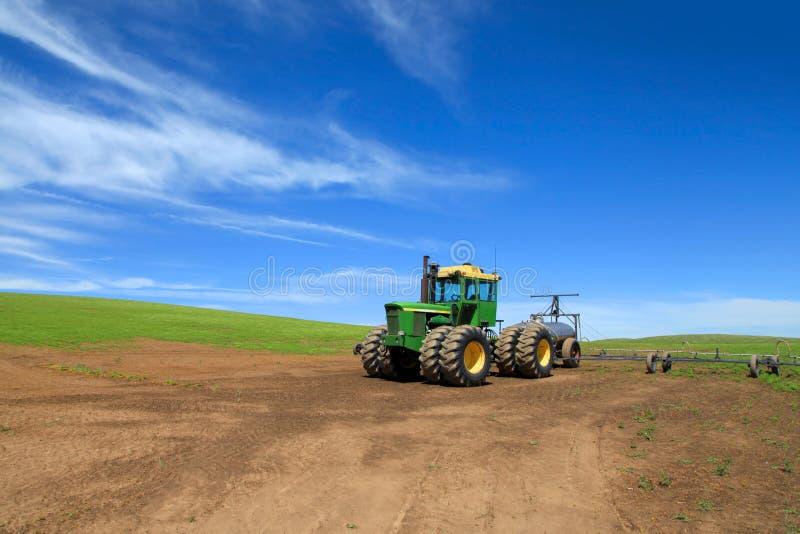 za wyposażenia gospodarstwa rolnego starego pługowego ciągnięcia ciągnikowym śladem obrazy stock