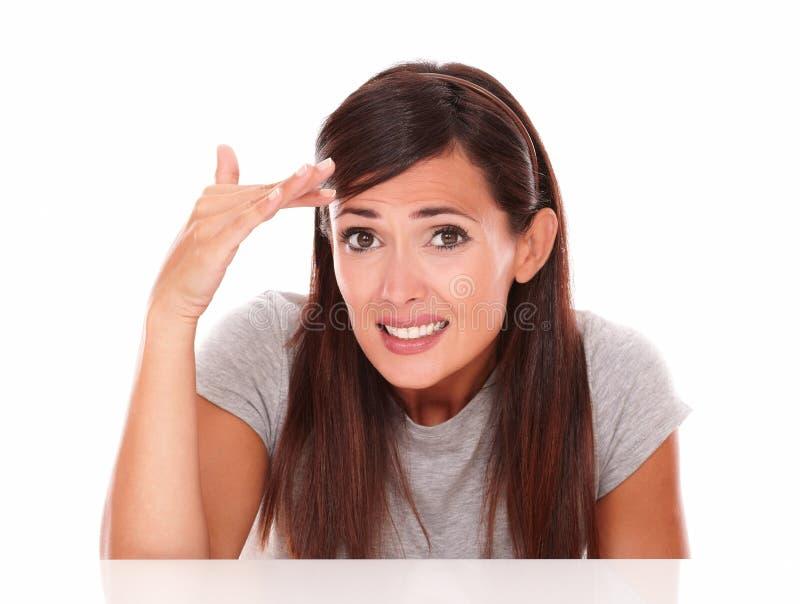 Zaaferowana młoda kobieta z fail gestem fotografia stock