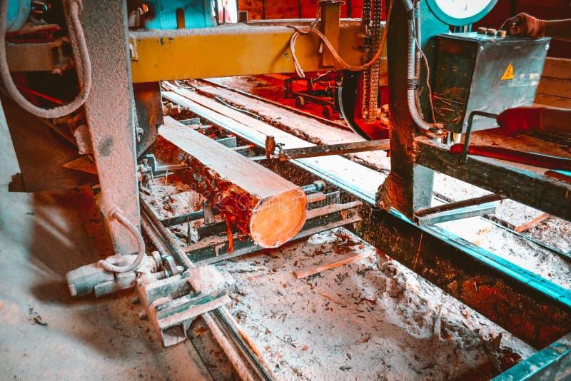 zaagmolen Het proces om machinaal te bewerken opent de zagen van de zaagmolenmachine de het programma boomboomstam royalty-vrije stock fotografie