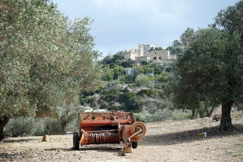 Zaaimachine en olijfboombosje stock afbeelding
