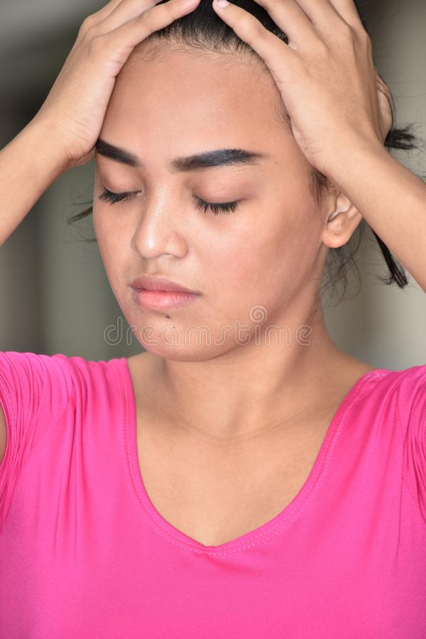 Zaakcentowana Śliczna Mniejszościowa Nastoletnia kobieta obraz stock