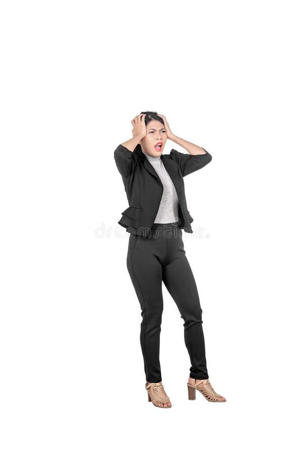 Zaakcentowana azjatykcia biznesowa kobieta ciągnie jej włosy zdjęcia royalty free