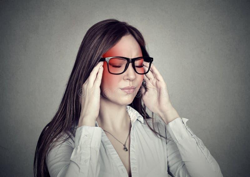 Zaakcentowana biznesowa kobieta ma migrenę zdjęcie royalty free