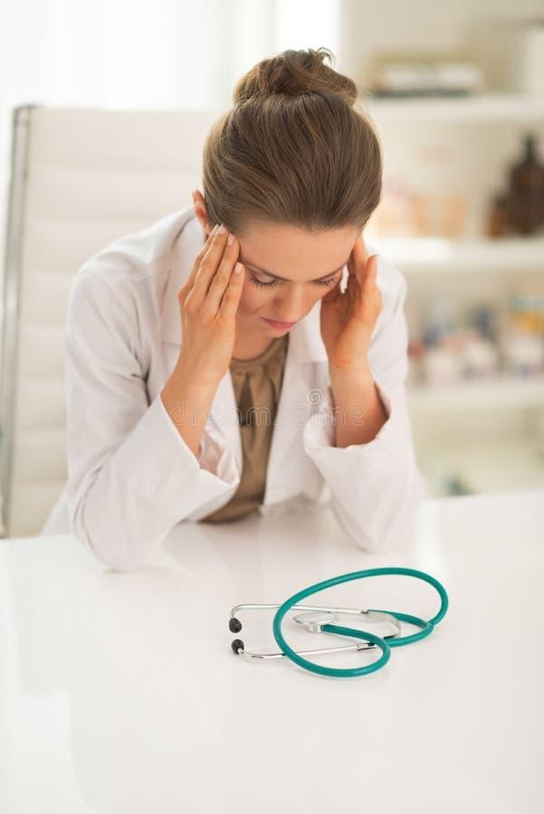 Zaakcentowana doktorska kobieta w biurze zdjęcia royalty free