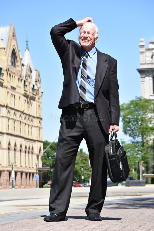 Zaakcentowana Dorosła Starsza Biznesowego mężczyzna pozycja zdjęcia stock