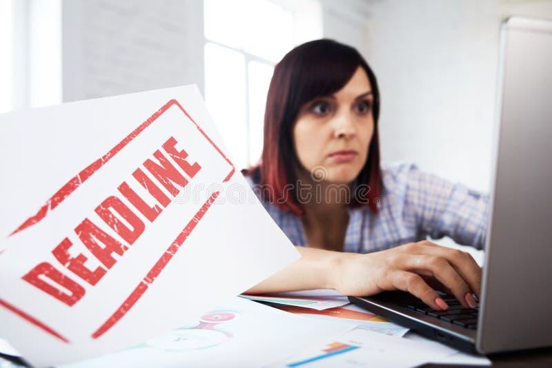 Zaakcentowana kobieta w biurowym główkowaniu o ostatecznym terminie obraz royalty free