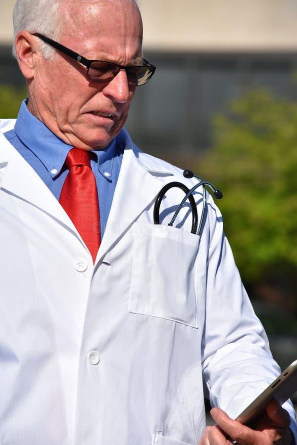 Zaakcentowana samiec lekarka Przy szpitalem zdjęcia stock