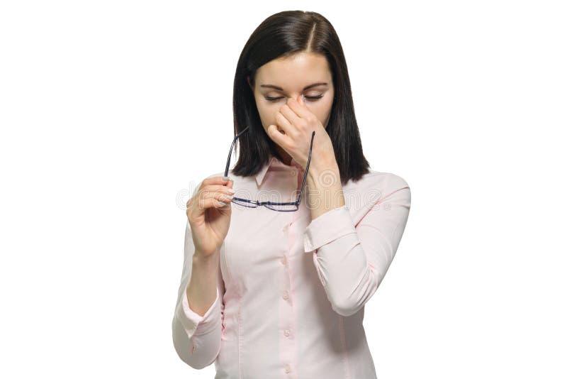 Zaakcentowana zmęczona smutna biznesowej kobiety mienia ręka na twarzy usuwa szkła zamyka w górę białego odosobnionego tła obrazy royalty free