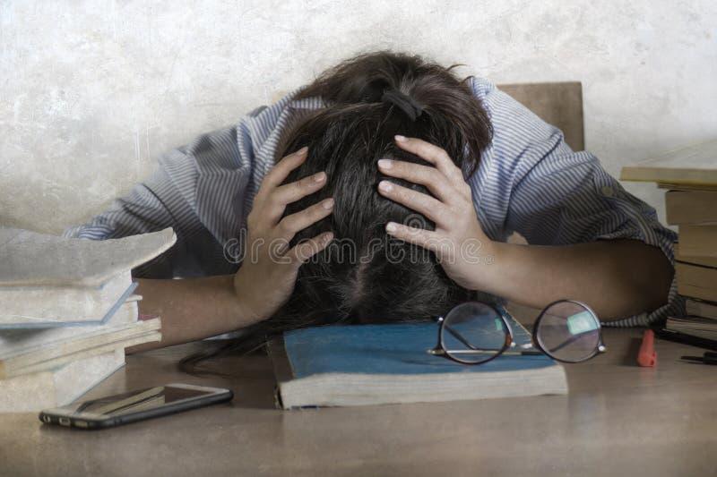 Zaakcentowanego i sfrustowanego nastolatka studencki działanie z laptopem na biurka przytłaczam i wyczerpuję opierać dalej obrazy royalty free