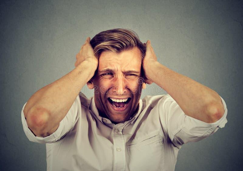 Zaakcentowanego mężczyzna spęczenia sfrustowany krzyczeć zdjęcia royalty free