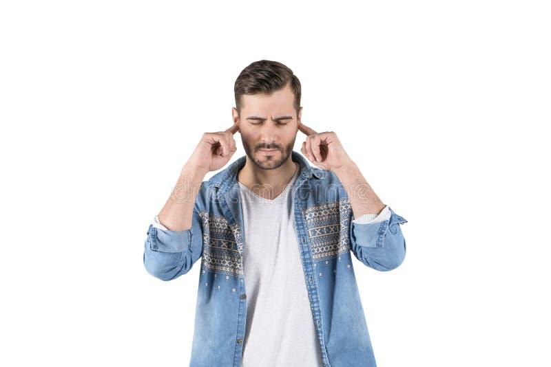 Zaakcentowanego mężczyzny nakrywkowi ucho, odizolowywający obrazy stock