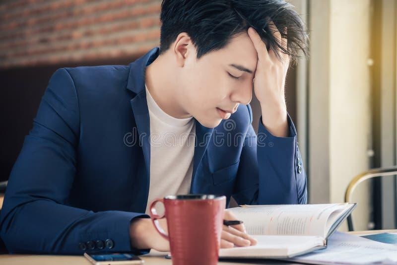 Zaakcentowani biznesmeni problemy i migreny z niepowodzeniem wewnątrz obraz stock