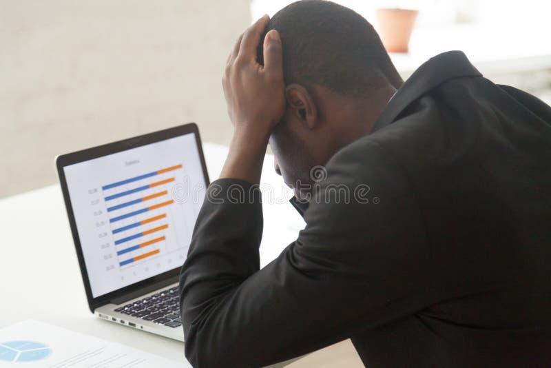 Zaakcentowany amerykanina afrykańskiego pochodzenia pracownik obserwuje firma biznesu coll zdjęcia royalty free