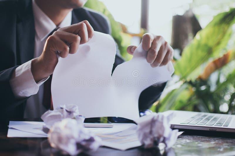 Zaakcentowany biznesmen drzeje papiery zdjęcie stock