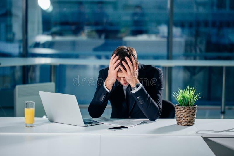 Zaakcentowany biznesmen ma problemy i migrenę przy pracą obraz royalty free