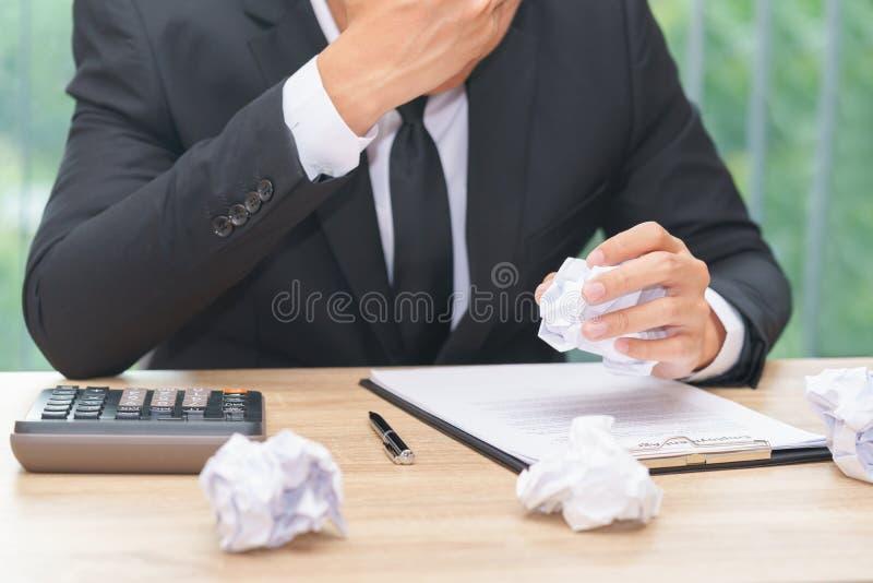 Zaakcentowany biznesmen miie papier z kalkulatorem i kontraktem zdjęcie royalty free