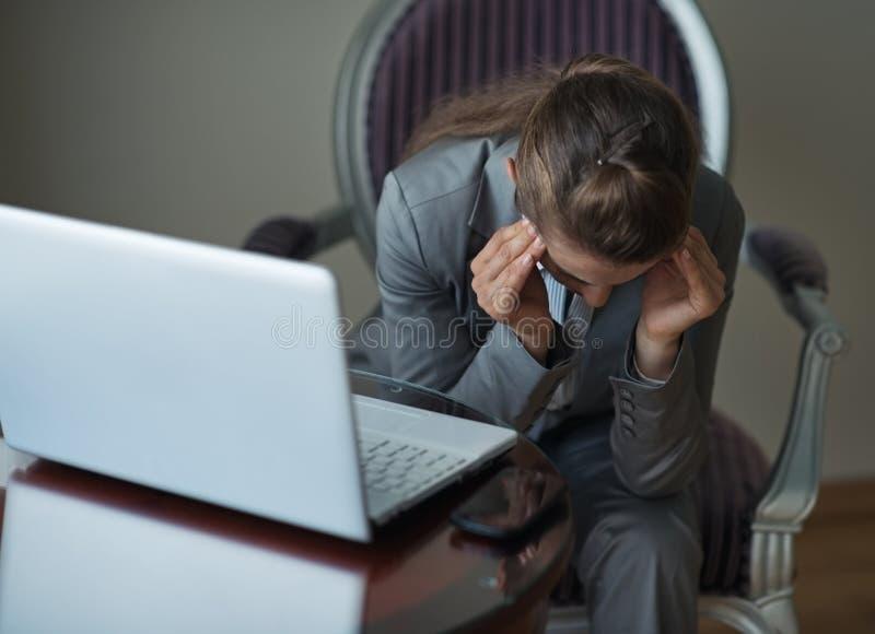 Zaakcentowany biznesowej kobiety obsiadanie w pokój hotelowy zdjęcie stock