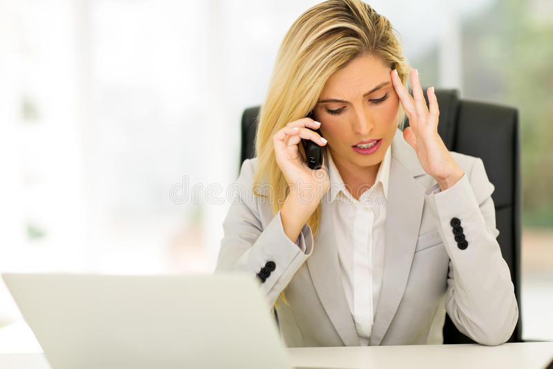 Zaakcentowany bizneswoman opowiada telefon obraz stock