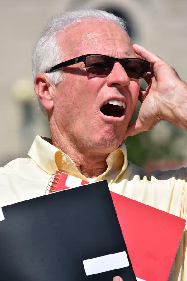 Zaakcentowany Dorosły Męski nauczyciel Jest ubranym okulary przeciwsłonecznych Z notatnikiem obraz stock