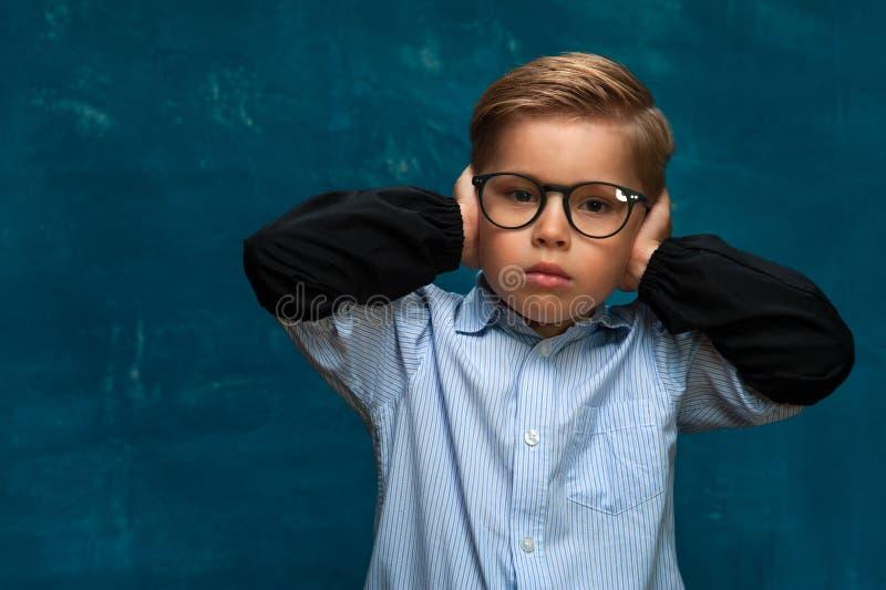 Zaakcentowany dziecko jest ubranym eyeglasses i koszula obraz stock