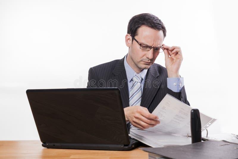Zaakcentowany kierownik sprawdza kartoteki zdjęcia stock