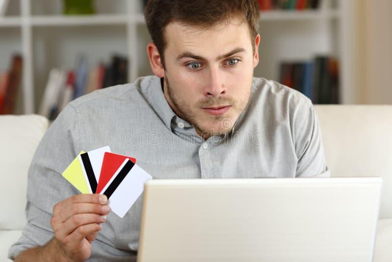 Zaakcentowany kompulsywny hazardzista uprawia hazard na linii fotografia royalty free