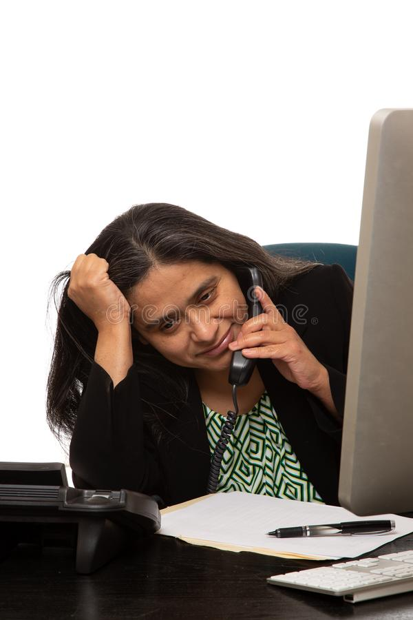 Zaakcentowany Latynoski bizneswoman Słucha na telefonie zdjęcie royalty free