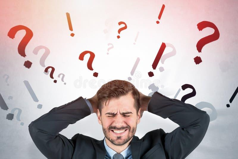 Zaakcentowany mężczyzna, pytanie i okrzyk oceny, zdjęcie stock