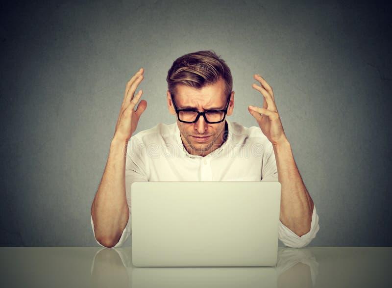 Zaakcentowany mężczyzna pracuje na komputerze zdjęcia stock