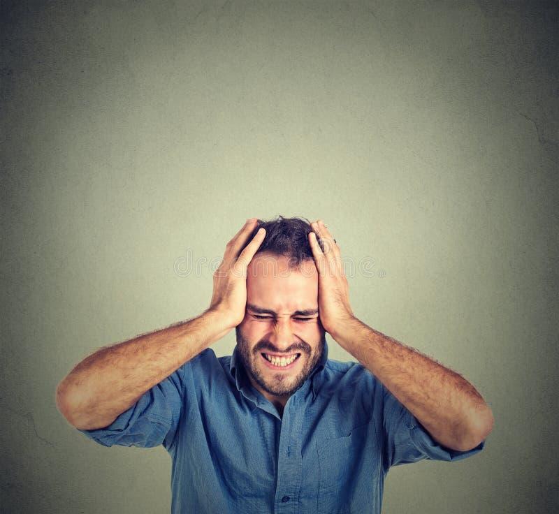 Zaakcentowany mężczyzna spęczenie udaremniający Negatywne ludzkie emocje obraz stock