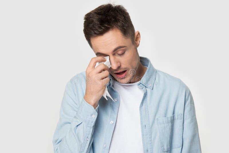 Zaakcentowany mężczyzny odczucia puszka wytarcie drzeje płacz w studiu zdjęcia stock