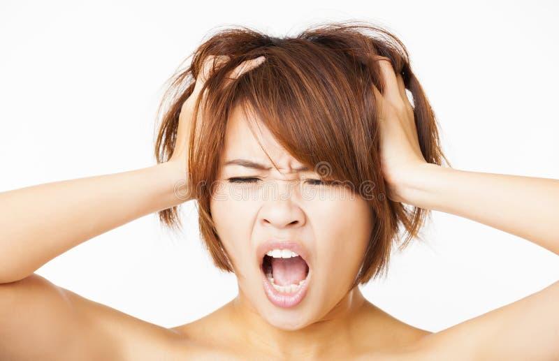 zaakcentowany młodej kobiety ciągnięcia włosy out obrazy stock