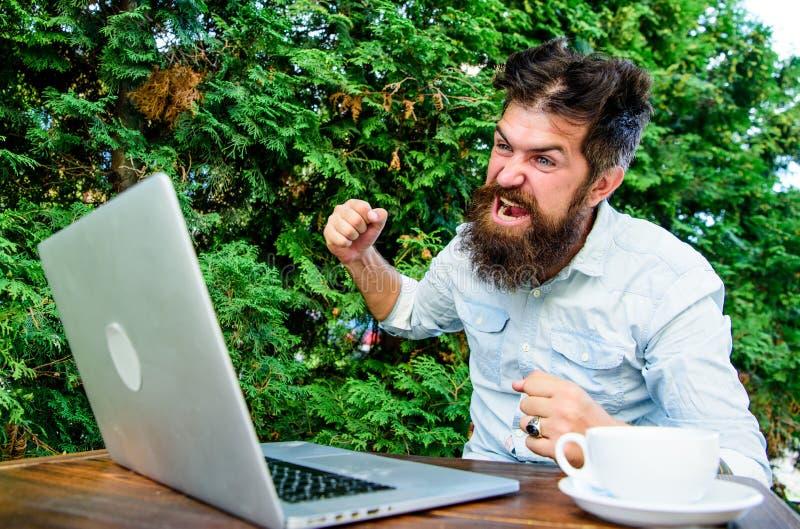 zaakcentowany m??czyzna pracuje na laptopie Obrotny biznes rozwi?zuje problem deadline du?o pracy sfrustowany urz?dnik gniewny fotografia stock
