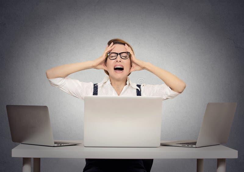 Zaakcentowany nerwowy bizneswoman w jej biurze zdjęcia stock