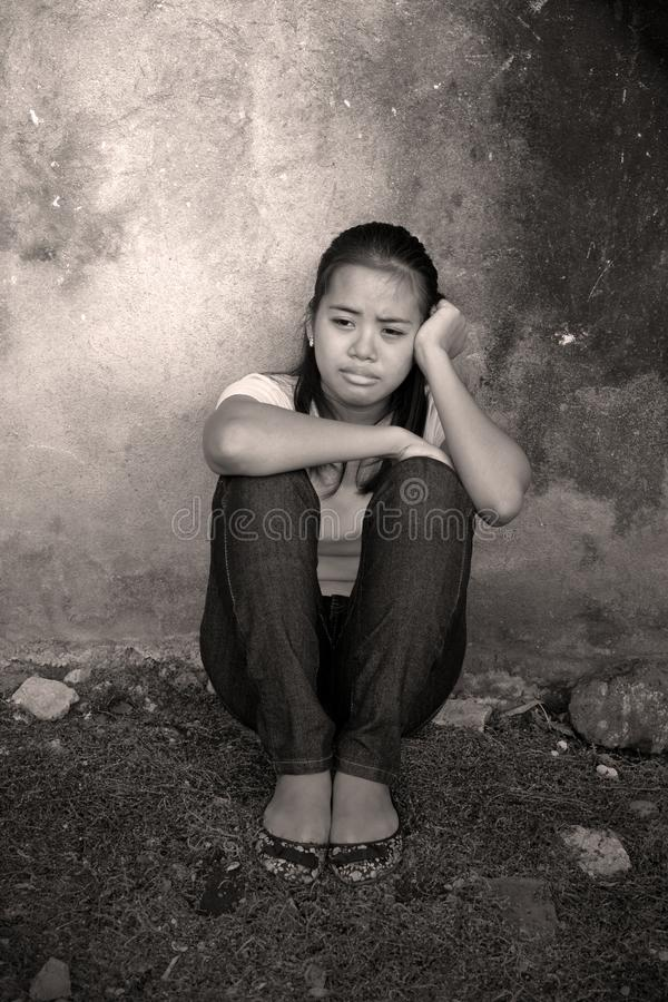 Zaakcentowany płaczu nastolatek plenerowy zdjęcia royalty free