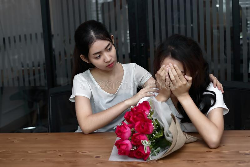 Zaakcentowany sfrustowany młody Azjatycki kobiety zachęcanie deprymował płaczu żeńskiego przyjaciela w żywym pokoju Łama up lub n zdjęcia stock