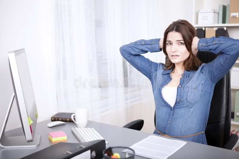 Zaakcentowany zapracowany młody bizneswoman zdjęcia royalty free