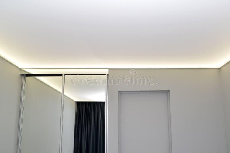 Zaal binnenlands fragment met spiegel glijdende garderobe royalty-vrije stock afbeelding