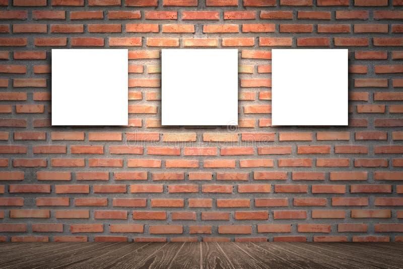 Zaal binnenlandse wijnoogst met Drie canvaskader op rode bakstenen muur voor beeld die, bruine houten vloer, Drie lege kaders adv royalty-vrije stock foto's