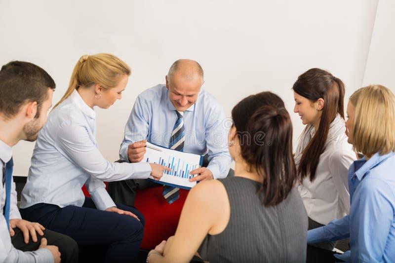 Zaal de bedrijfs van Team Discuss Graph Sitting Meeting stock afbeelding