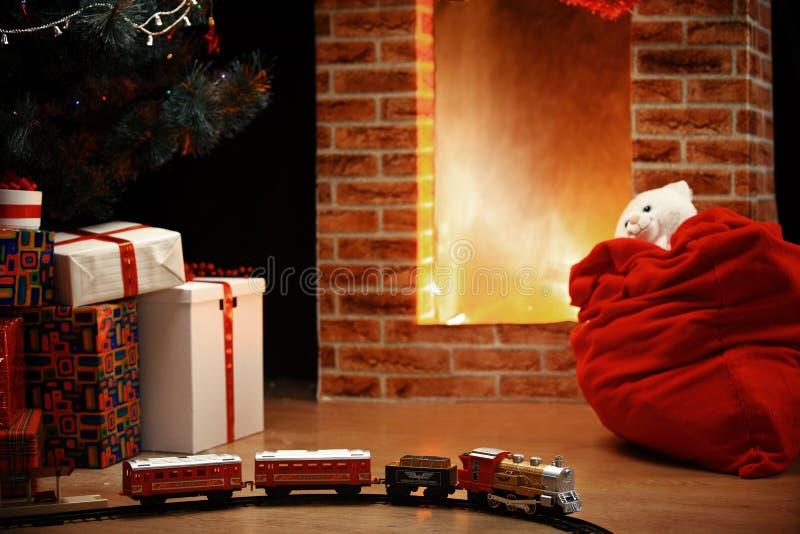 Zaal de Lichten van de Kerstboomopen haard, Kerstmishuis Binnenlandse Decorat royalty-vrije stock foto