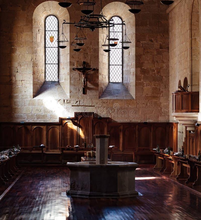 Zaal in een oud middeleeuws klooster stock foto