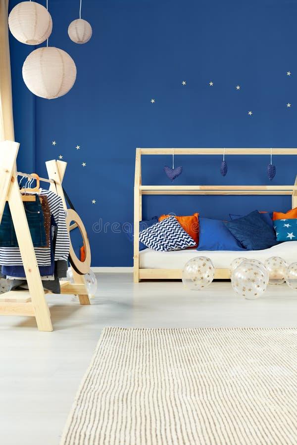 Zaal met bed en laagrek stock fotografie
