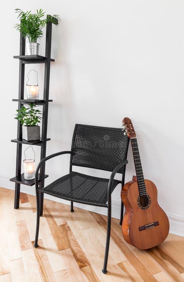 Zaal met eenvoudige meubilair, installaties en gitaar royalty-vrije stock afbeelding