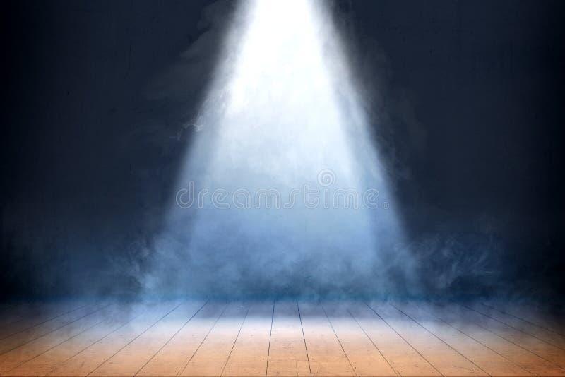 Zaal met houten vloer en rook met licht vanaf de bovenkant royalty-vrije stock foto