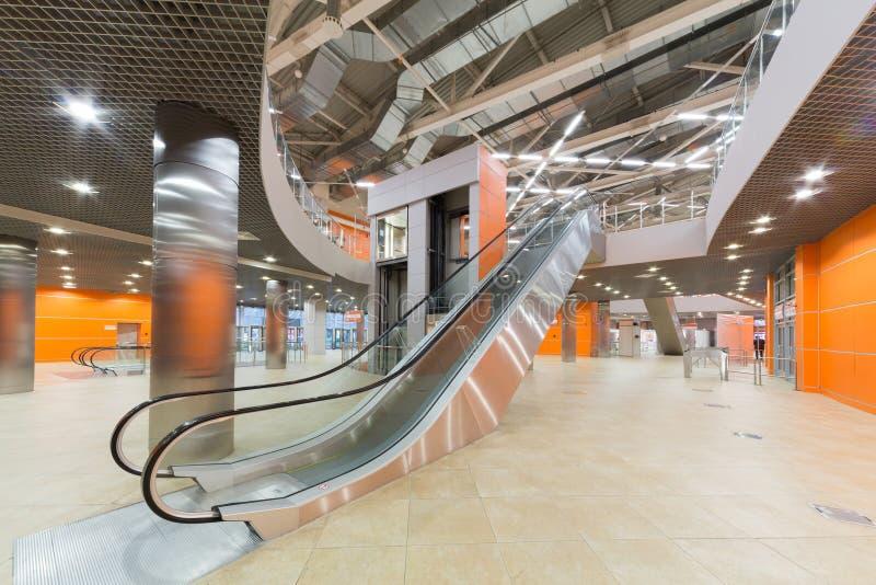 Zaal met lift en roltrap in paviljoen MosExpo stock fotografie