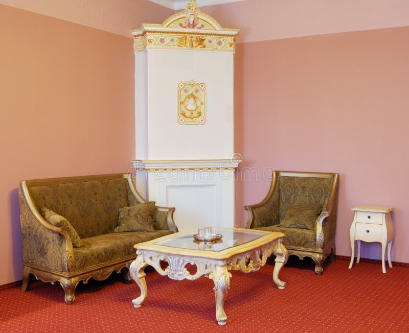 Zaal met luxemeubilair en open haard royalty-vrije stock afbeeldingen