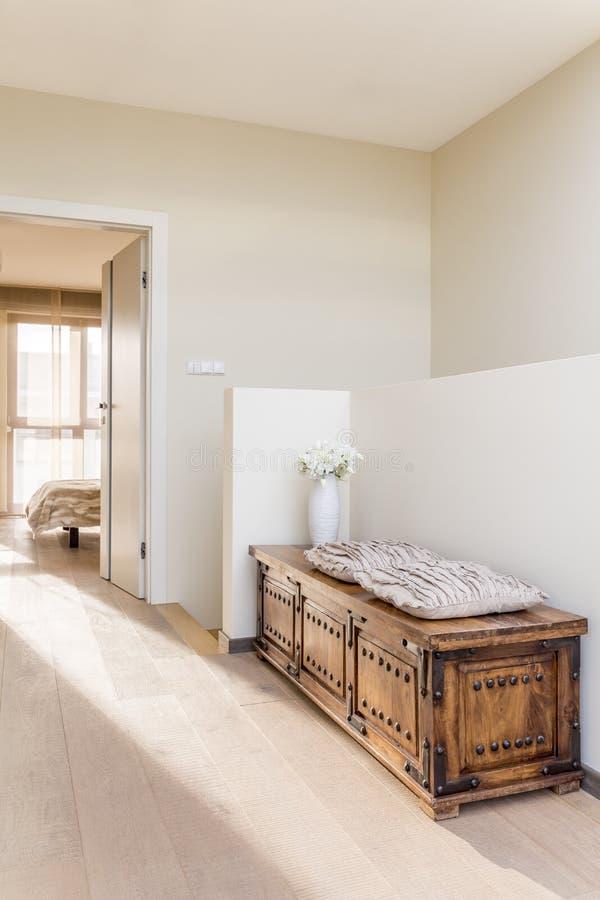 Zaal met modieus meubilair stock afbeeldingen