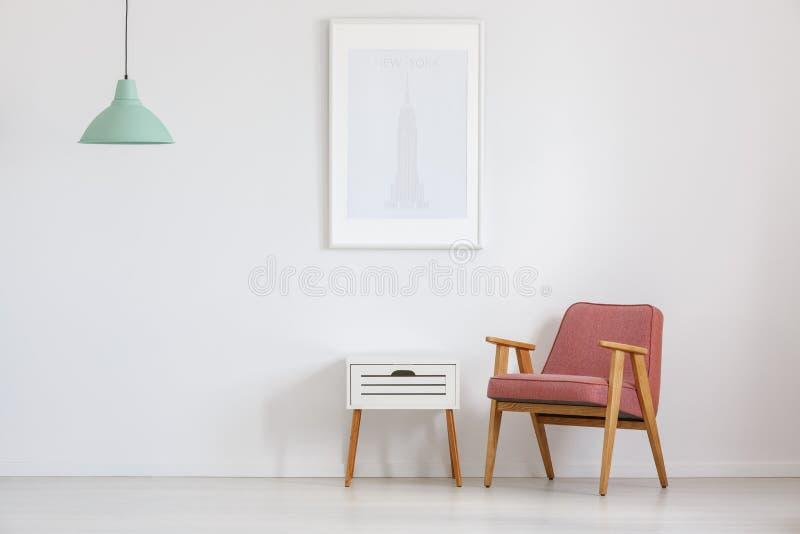 Zaal met ouderwetse roze stoel stock afbeelding